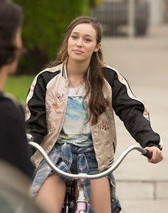 """""""Sky notó que Crystal llegaba a la acera montada en un triciclo. Alzó una ceja e hizo una mueca graciosa.   —¿Un triciclo?— preguntó Sky mientras se levantaba y se sacudía el polvo de la falda.  Crystal se encogió de los hombros. —Fue lo mejor que encontré para llegar a tiempo."""""""