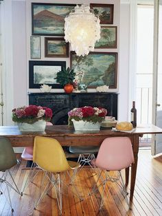 Vintage modern dining room design with colorful Eames style chairs and a gallery wall of vintage landscape paintings - Dining Room Ideas & Decor Vintage Modern, Vintage Stil, Vintage Style Decor, Home Vintage, Vintage Room, Bedroom Vintage, Vintage Design, Dining Room Design, Dining Room Chairs
