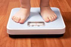 Por que não devemos fazer comentários sobre o peso de nossas filhas