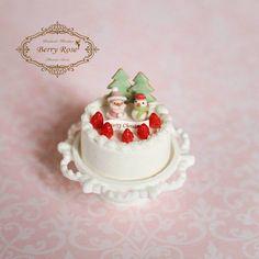 クリスマスケーキ☆ 1/12サイズです。  サンタさんの口髭も付け足してあげました(๑˙灬˙๑) ✽ ✽  #ミニチュア#ミニチュアフード#ドールハウス#フェイクスイーツ#ハンドメイド#可愛い#クリスマス#クリスマスケーキ#サンタさん#miniature#miniaturefood#dollhouse#fakesweets#handmade#Christmas#Christmascake