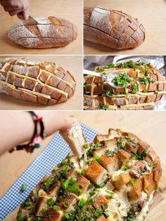Receita: pão italiano, queijo, cebolinha e orégano ou você pode rechear da forma que preferir. Coloque no forno até que derreta o suficiente, mas não esqueça ele lá, hein? Rss. se não o pão vai ficar duro!