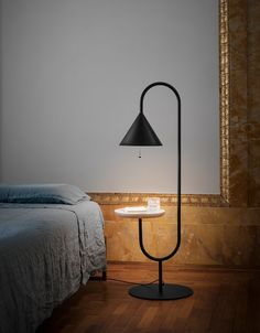 The original multifunctional Ozz lamp was such a fast success that Miniforms immediately extended the line with a floor lamp + wall lamp.