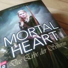 """Mit """"Mortal Heart"""" findet die Trilogie um die Novizinnen des Todes ein rundum gelungenes Ende. Mit einer weiteren starken Protagonistin begeben wir uns in die Vergangenheit der Bretagne, tauchen in die Mythologie ein und treffen auf altbekannte und lieb gewonnene Charaktere. Ein historischer Schmöker mit einem guten Schuss Übersinnlichem, den ich jedem empfehlen kann!  http://www.favolas-lesestoff.ch/2015/10/rezigramm-mortal-heart-das-erbe-der.html"""