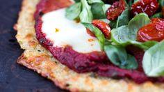 Yllättäen proteiinipitoista kvinoaa voi käyttää myös terveellisen pizzapohjan raaka-aineena. Poimi resepti!