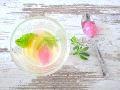 Mein Rezept für den leckersten Weißwein-Cocktail ever. Plus die lustige Geschichte vom Waldmeister und dem Waschbären. Die müsst ihr euch anhören!