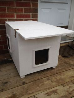 Cat House (for the Winter and for Feral Cats) Foto de Cat House (para el invierno y para gatos salvajes) Feral Cat House, Feral Cat Shelter, Feral Cats, House For Cats, Kitty House, Tabby Cats, Cat Shelters For Winter, Heated Cat House, Outside Cat House