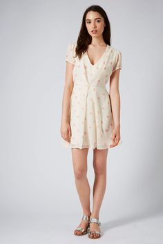 Discover the latest in women's fashion and new season trends at Topshop. Shop must-have dresses, coats, shoes and more. Floral Chiffon, Pretty Dresses, Womens Fashion, Fashion Trends, Topshop, Coat, Shopping, Clothes, Beautiful Gowns