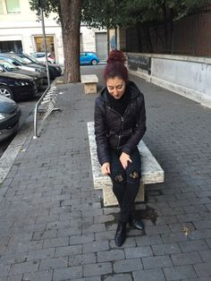 """Nothing screams """"Me"""" more than biker jeans, lace details and black overall! And red hair, of course! Jeans: Tally Weijl Jacket: Bershka Boots: Zara Niente mi rappresenta di …"""