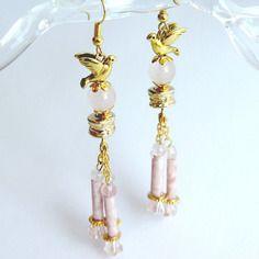 """Boucles d'oreilles poétiques """"colombes"""" pierres de quartz rose, perles de verre et métal doré"""