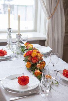 Pynt konfirmasjonsbordet med vakre roser i høstfarger.