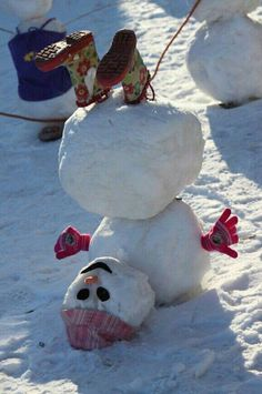 24 Clever Ways to Build a Snowman ein Schneemann steht Kopf The post 24 Clever Ways to Build a Snowman appeared first on Kinder ideen. Noel Christmas, Winter Christmas, All Things Christmas, Hygge Christmas, Simple Christmas, Christmas Humor, Christmas Ideas, Holidays And Events, Happy Holidays
