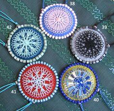 Novos...! Novíssimos!! Coleção de medalhões, com aplicação de renda Nhanduti (ou Tenerife), montados em feltro, com aplicação de pedrarias.  Todos eles têm 5,0 cm de diâmetro, possuem um cordão encerado fino com nós ajustáveis, chegando a 90 cm de comprimento.  As rendas são feitas também por mim...