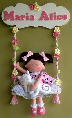 menina no balanço para porta de maternidade