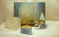 winter seizoenstafel met een kaarthouder en een peg doll ( http://houtspel.nl/decoratie/324-kaarthouder-recht.html )