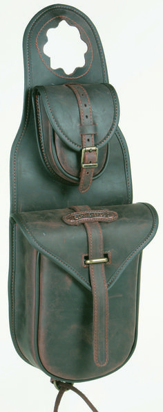 Single saddle bag Comancheros with quick release and pocket, has two internal leather ties for a more secure closure, bordered and edged with double stitching. It is water resistant as water-repellent leather is used in its construction, the accessories are top quality and customized.