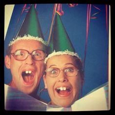 Theo en Thea was van 1985 tot en met 1989 op televisie te zien. Het duo, met de kenmerkende tandjes, dikke brillen en vreemde stemmen was erg populair bij de jeugd, waar het oorspronkelijk voor bedoeld was. Het kreeg echter ook onder studenten een zekere cultstatus. De reeks zorgde ook voor wat controverse bij verontruste ouders omdat Theo en Thea ook thema's behandelden die niet voor kinderen geschikt worden geacht, zoals prostitutie, drugs en ongewenste intimiteiten. Happy Birthday Man Funny, Birthday Wishes Funny, Man Birthday, Birthday Quotes, Birthday Greetings, Birthday Ideas, Cheer Up Quotes Funny, Bday Cards, Vintage Birthday