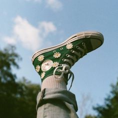 JOURNEY Converse - via sageaflocka - I personalized my very own Chucks for back to school with Converse and journeys I really love these because they re some of the more playful things I ve made Converse Verte, Mode Converse, Style Converse, Converse High, Converse Shoes Outfit, Aesthetic Shoes, Aesthetic Clothes, Aesthetic Green, Chuck Taylors