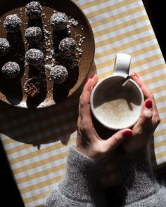 Herkulliset kookospallot - vähemmän voita, enemmän makua   Ohje Old School Candy, Fresh Dates, Coconut Balls, Gluten Free Oatmeal, Raw Cacao Powder, Vintage Cooking, Vintage Candy, Homemade Candies, Vanilla Sugar
