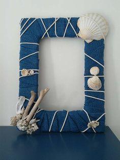 Portafoto con conchiglie da usare come bomboniera matrimonio a tema mare. Sea we… Photo frame with shells to use as a sea-themed wedding favor. Want to see more sea-themed favors? Go up misposoamodomio. Seashell Frame, Seashell Crafts, Beach Crafts, Diy Home Crafts, Diy Arts And Crafts, Diy Photo Frame Cardboard, Photo Frame Crafts, Seashore Decor, Polymer Clay Crafts