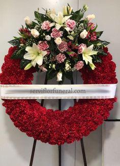 Coronas funerarias de flores para difuntos. Corona funeraria de un cabezal superior ofrendada en el tanatorio de Murcia, España.