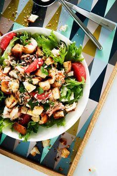 Kirpsakka greippi tuo lohisalaattiin uutta potkua! Lohi, kotijuusto ja leipäkrutongit tekevät raikkaasta salaatista ruokaisan ja raikas greippi-vinegretti viimeistelee kokonaisuuden.