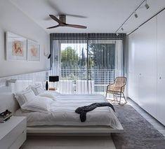 סוויטת שינה מפנקת ורחבת ידיים בעיצוב לבן, פשוט ומינימליסטי המתחברת לחוץ בצורה אופטימלית | צילום: עמית גושר