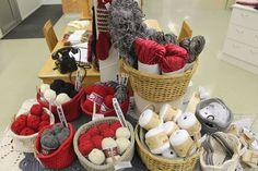 Myymälän inspiraatiopisteen tuote-esillepanossa sukkamalleja ja villalankoja tuomassa mieleen joulun lämpöiset villasukkalahjat.
