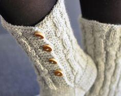 Rakastuin Novitan sukkalehden nappisukkiin niin kovasti, että heti oli pakko ostaa kerä harmaata seiskaveikkaa. Onnistunutta markkinointia, ...