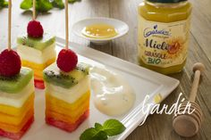 Spiedini di frutta con crema al miele biologico di girasole