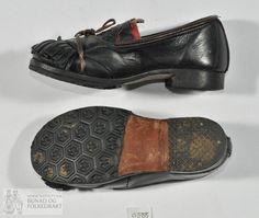 f4009a2d Håndsydde sko i mørke brunt lær til barn. Utskorne applikasjonar montert på  raudt lær.