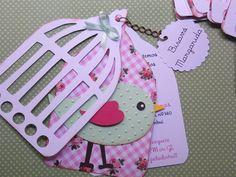 Convite ou tag de lembrança tema passarinho, em scrapbook. Produzido com papéis…