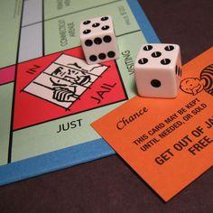 El Monopoly es un juego conocido en todo el mundo que tiene varias ediciones. Durante la Segunda Guerra Mundial, miles de soldados británicos prisioneros de los alemanes lo utilizaban como kit de evasión. La caja del juego comprendía una lima, billetes de verdad, un mapa… #monopoly #evasión #prision http://www.pandabuzz.com/es/anecdota-del-dia/pasar-casilla-prisión-monopoly
