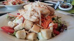 Ceasers Salad mit gebratenen Hühnchenbruststreifen , Romanasalat, Tomaten, Gurken, Parmesan und Kräutercroutons