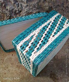 Today I am at the loin-chintz weaving. Named it so because combines delicate fillet mesh with chintz weaving. Paper Basket Weaving, Weaving Art, Newspaper Basket, Newspaper Crafts, Upcycled Crafts, Handmade Crafts, Handmade Rugs, Pine Needle Crafts, Recycled Magazines
