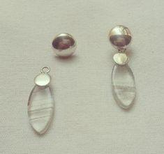 Brinco em prata (950) 2 em 1 com pedra Lodolita. Você pode optar por usar o brinco com a pedra ou tirá-la e usar somente a meia-bola em prata.