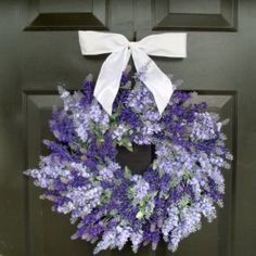 This fragrant, beautiful rustic lavender wreath is easy to make and brings an organic touch to your home! #wreaths #DIY #crafts