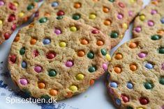 Store cookies, der er sprøde udenpå og seje/bløde indeni :-) og så er de farvestrålende og festlige – dækket med små chokoladelinser. Her i familien er de et hit, skulle jeg hilse og sige ;-)…