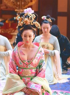 🌹much more stylish {the cut's a little different} cuter hairstyle almost exactly the same {no floral tattoo} pink makeup same lip color Traditional Fashion, Traditional Dresses, Traditional Chinese, Geisha, The Empress Of China, Chinese Kimono, Cultures Du Monde, Mode Kimono, China Girl