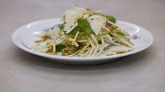 Eén - Dagelijkse kost - salade van knolselder met Parmezaanse kaas Vegetarian Recipes, Healthy Recipes, Healthy Food, Always Hungry, Cabbage, Spaghetti, Good Food, Low Carb, Meat