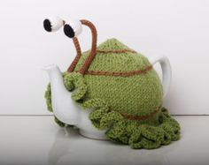 Knitted green snail tea cosy with frilly bottom by RupertsHouse on Etsy Hand Knitting, Knitting Patterns, Crochet Patterns, Finger Knitting, Scarf Patterns, Knitting Tutorials, Teapot Cover, Knitted Tea Cosies, Vintage Lunch Boxes