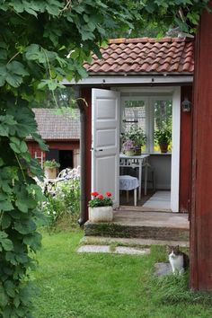 Entrance Swedish farmhouse with small glassed porch // Swede Cottage Farm // Swedish Farmhouse, Swedish Cottage, Red Cottage, Swedish House, Cozy Cottage, Red Houses, Little Houses, Farm Gardens, Outdoor Gardens