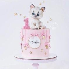 Adorable cakes for kids birthdays 😍 Credit Caramel Caramel. 1st Birthday Cake For Girls, Novelty Birthday Cakes, Baby Birthday Cakes, Cat Birthday, Kitty Party, Anniversaire Hello Kitty, Kitten Cake, Teddy Bear Cakes, Animal Cakes