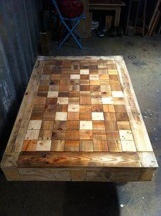 mesas de madera reciclada de palets, sillas africanas, cabeceros de madera reciclada, perchero de madera reciclada
