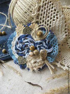 Броши ручной работы. Ярмарка Мастеров - ручная работа Джинсовая брошь из ткани «Лесной орешник». Handmade.