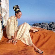 Üzerindeki egzotik yakıştırmalarını atan kaftan, plajdan sokağa inerek altın çağını yaşıyor. Ansızın yükselen kaftanın kronolojisi Vogue Türkiye Ağustos sayısında. #ilhamburada Fotoğrafta: Vogue Amerika'nın 1967 tarihli çekiminde Marisa Berenson işlemeli bir kaftanla Henry Clarke'ın objektifi karşısında.