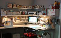 Bureau d'angle IKEA avec coin ordi dans l'angle et coin scrap à droite Coin couture à gauche Me rajouter un coin make up à gauche de la couture