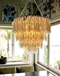 DIY wax paper chandelier that looks like capiz! Capiz Shell Chandelier, Chandelier Ideas, Outdoor Chandelier, Chandelier Creative, Shell Lamp, Cheap Chandelier, Modern Chandelier, Beachy Chandelier