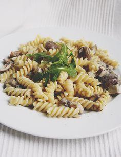 Quick + Easy: Nudeln in Champignonrahmsauce mit Rucola - The Happy Vegan