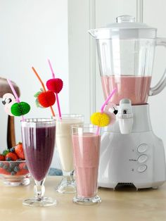 Blender and banana strawberry and blueberry mango smoothies healthy fresh fruit vegetarian editorial food Healthy Cat Treats, Healthy Fruits, Healthy Meals For Kids, Easy Healthy Dinners, Healthy Baking, Healthy Drinks, Kids Meals, Blueberry Mango Smoothie, Mango Smoothie Healthy