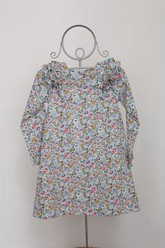 Robe Pivoine: Petite robe trapèze, à volants. Manches longues, boutonnée au dos. Cousue dans le Liberty de votre choix (à me préciser lors de la...